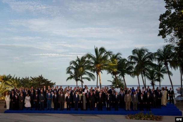 Los presidentes de los países miembros de la MNOAL posan para la fotografía oficial.