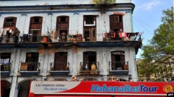 Un bus de turistas recorre las calles derruidas calles de La Habana.