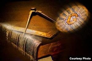 El compás y la escuadra, sobre la Biblia, motivos fundamentales de la masonería.
