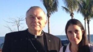 El arzobispo de Miami, Thomas Wenski, junto a Yoani Sánchez.