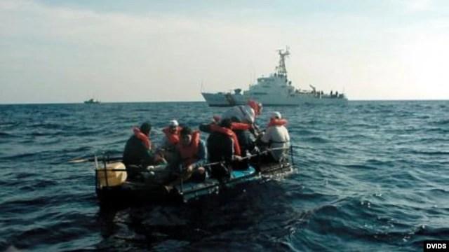 Balseros rescatados en alta mar por la Guardia Costera de EE UU.