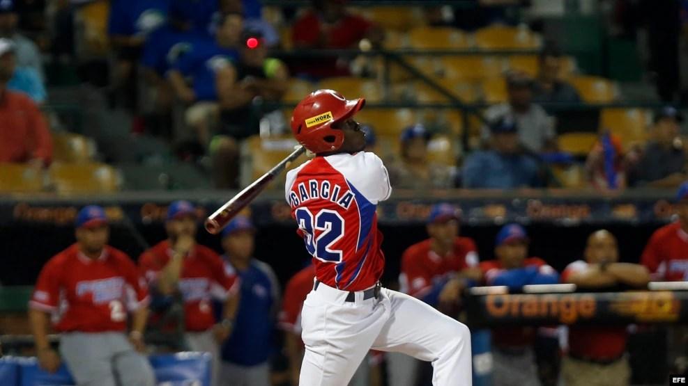 José Adolis García batea en el juego contra los Cangrejeros de Santurce, de Puerto Rico, el 3 de febrero de 2016.