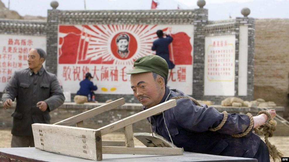 Unos muñecos recrean el castigo a que fueron sometidos por los Guardias Rojos durante la revolución cultural.
