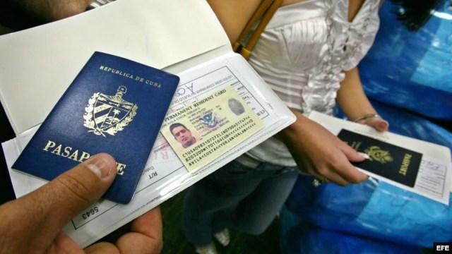 hombre muestra su pasaporte en el aeropuerto Internacional de Miami (EEUU) antes de viajar a Cuba.