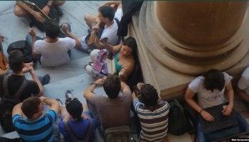 Jóvenes cubanos se conectan a WiFi en parques y plazas del país.
