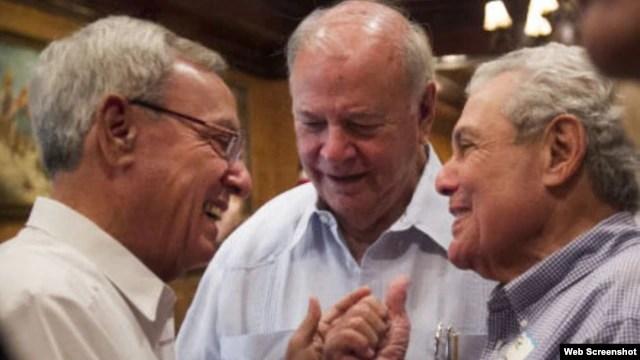 Eusebio Leal (i) habla con Joe Capitano (d) y E.J. Salcines (c) en el restaurante Columbia de Ybor City. (Web Screenshot, Tampa BayTimes)