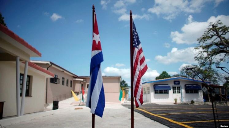 Banderas de Cuba y EEUU en una calle de La Habana. (Archivo)