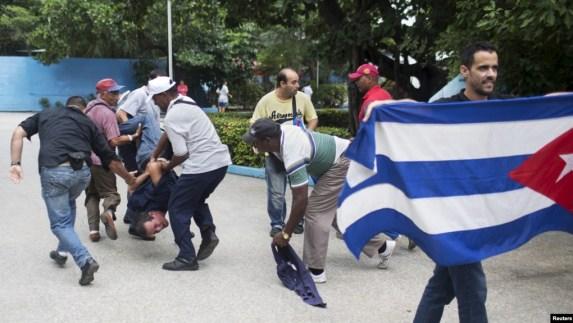 El arresto del periodista independiente Yuri Valle el 10 de diciembre de 2015 cuando cubría una manifestación por el Día Internacional de los Derechos Humanos. REUTERS/Alexandre Meneghini