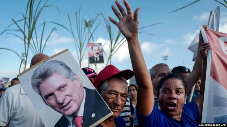 Una mujer sostiene un cartel con la imagen de Miguel Díaz-Canel durante una marcha en La Habana. (Adalberto Roque/AFP)
