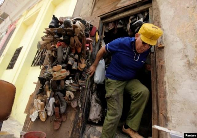 Zapatero, un oficio muy recurrido en Cuba, donde un par de zapatos puede ser un lujo. (REUTERS/Desmond Boylan/Archivo)
