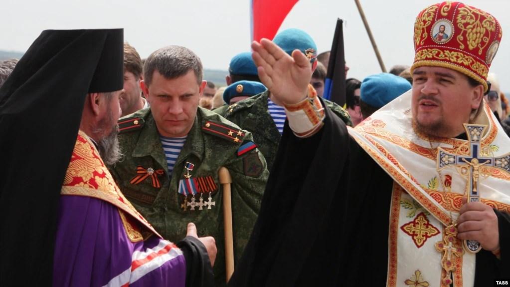 Окупована частина Донеччини. В центрі тодішній ватажок угруповання «ДНР» Олександр Захарченко (вже покійний) біля Савур-могили, 8 травня 2015 року