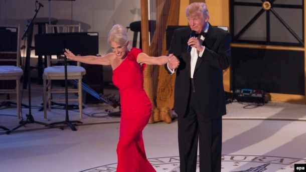 Menadžerka kampanje Kelien Konvej i Donald Tramp na večeri dan prije polaganja zakletve za predsjednika SAD
