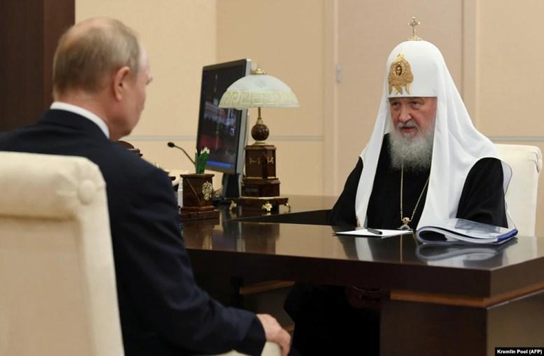 Президент Росії Володимир Путін (ліворуч) і Московський патріарх Кирило у державній резиденції біля Москви, 20 листопада 2020 року