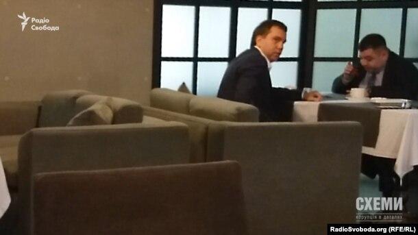 Суддя Павло Вовк, говорячи з Олександром Грановським, постійно обертається і роззирається навколо