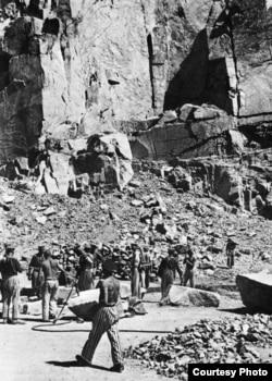 Каменоломня в Маутхаузене, лето 1944. Юрий Цуркан на переденем плане