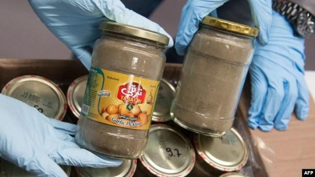 محموله هروئین کشف شده در آلمان بین شیشههای سیرترشی و خیارشور ایرانی جاسازی شده بود.