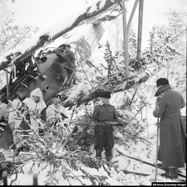 Фінський патруль розбирає збитий радянський літак