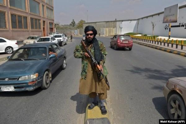Патрульный-талиб на одной из центральных площадей Кабула, теперь часто полупустынной. 23 сентября 2021 года