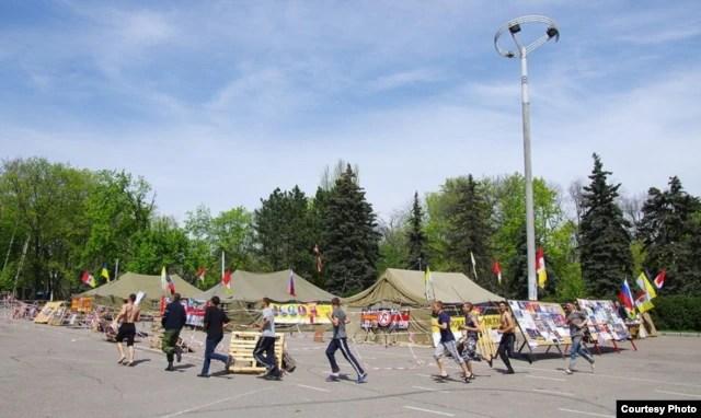 """Палатки «Одесской дружины» на Куликовом поле 20 апреля 2014 года. Фото """"Думская"""""""