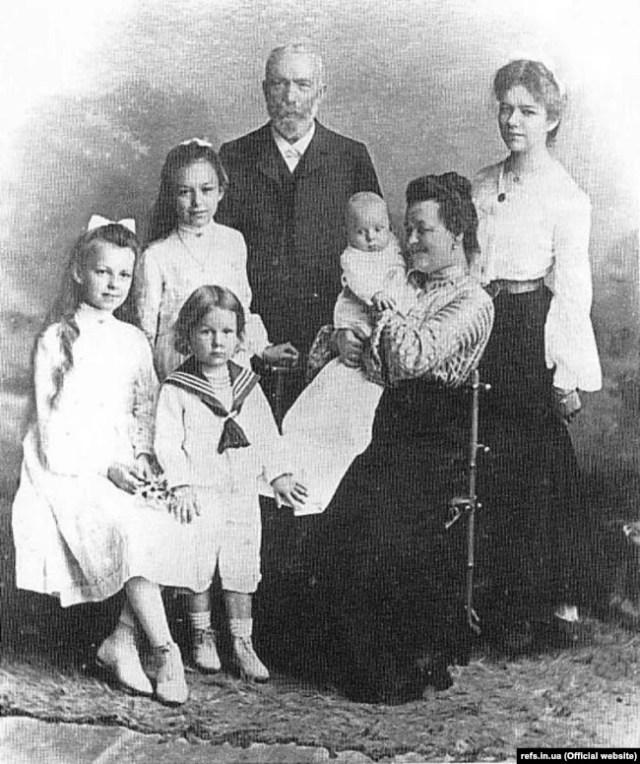 Іван Пулюй із дружиною Катериною та дітьми