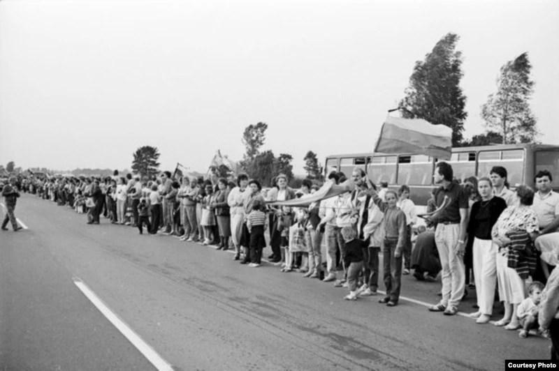 Imagini pentru lanţul uman 1989