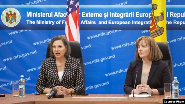 U.S. Assistant Secretary of State Victoria Nuland (left) and Moldovan Foreign Minister Natalia Gherman at a press conference in Chisinau on March 30