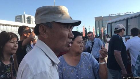 Активист Серик Оразов во время митинга у здания акимата Актюбинской области. Актобе, 6 июля 2019 года.
