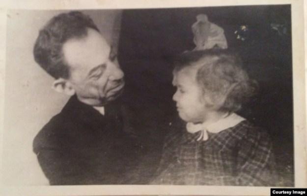 """""""Это наша последняя фотография, сделанная в 1949 году. Вскоре его арестуют, и это станет концом его жизни и моего детства. Но пока мы играем и строим рожи""""."""
