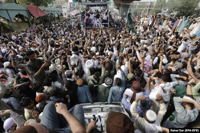 Supporters of Khadim Hussain Rizvi, head of the Islamist political party Tehreek-i-Labaik, have joined a march to Islamabad prompted by Geert Wilders contest.