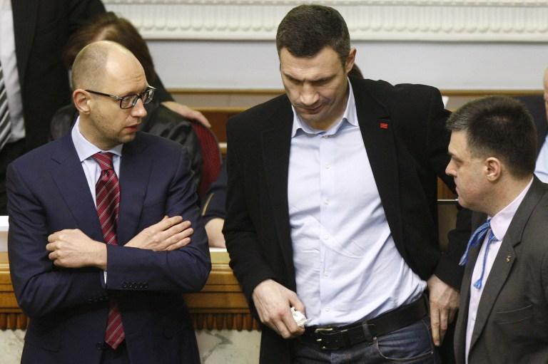 Арсений Яценюк (слева), Виталий Кличко (в центре). Киев, 27 февраля 2014 года.
