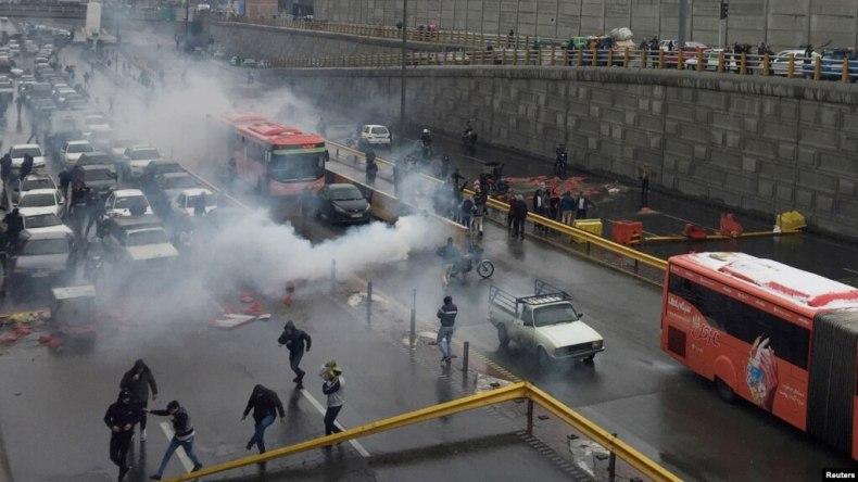 تصویری از اعتراضها به افزایش بهای بنزین در یکی از بزرگراههای تهران