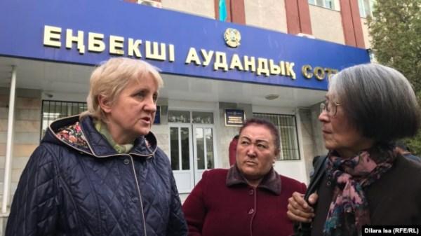 Лариса Харькова (слева).