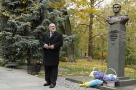 Лидер крымских татар Рефат Чубаров возлагает цветы к памятнику Амет-Хану Султану в Киеве
