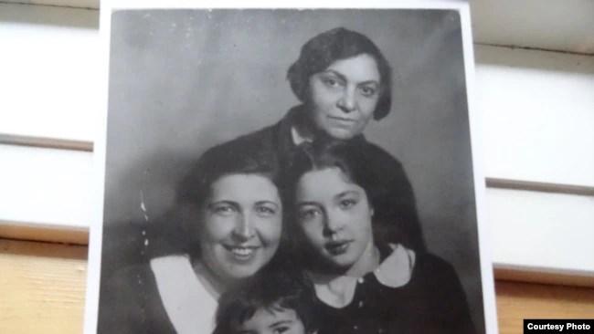 Галина Серебрякова с дочерьми и матерью Брониславой Красутской