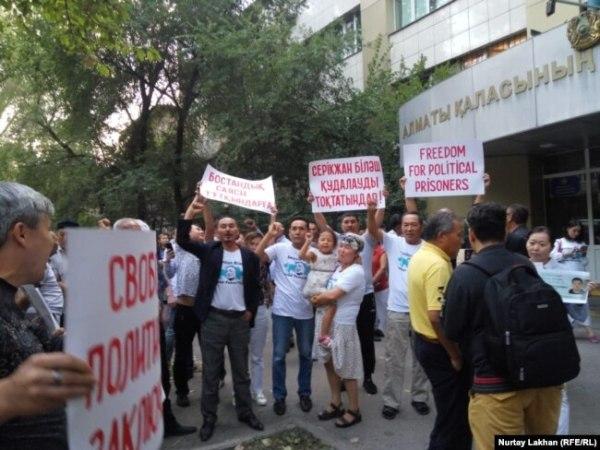 Сторонники Серикжана Билаша у здания суда в Алматы, 16 августа 2019 года.