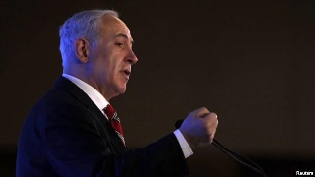 El primer ministro Benjamin Netanyahu dice que las sanciones contra Irán debería incluir la amenaza de una acción militar.