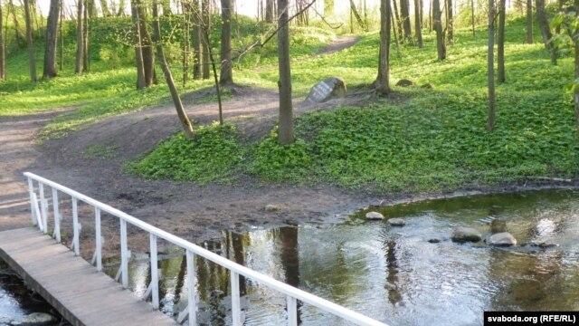 Масток да памятнага каменя гувэрнэру Жану Ралею