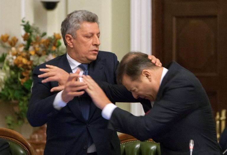 Лидер «Оппозиционного блока» Юрий Бойко (слева) и лидер «Радикальной партии» Олег Ляшко подрались во время заседания парламентской фракции глав в Киеве, 14 ноября (Reuters/Alex Kuzmin)