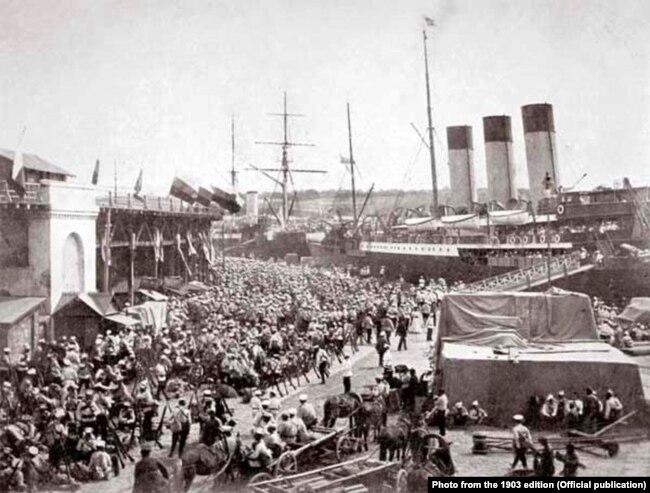 Посадка переселенців на пароплав «Херсон» в порту міста Одеси перед відправкою на Зелений Клин. Фото з видання 1903 року
