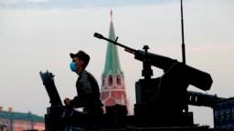 Военнослужащий на танке Т-72 на репетиции парада в Москве, 18 июня 2020 года