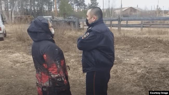 Ольга Тимофеева и сотрудник полиции у дома Габышева