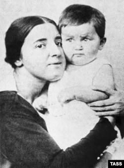 Супруга Иосифа Сталина, Надежда Аллилуева с сыном Василием, 1922 год