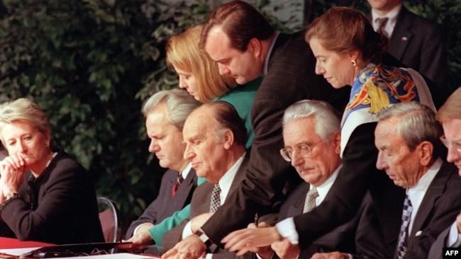 Slobodan Milošević, Alija Izetbegović i Franjo Tuđman prilikom potpisivanja Dejetonskog sporazuma, novembar 1995.