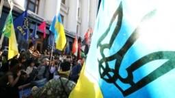 Учасники акції «Ні капітуляції!» біля Офісу президента у День захисника України. Київ, 14 жовтня 2019 року
