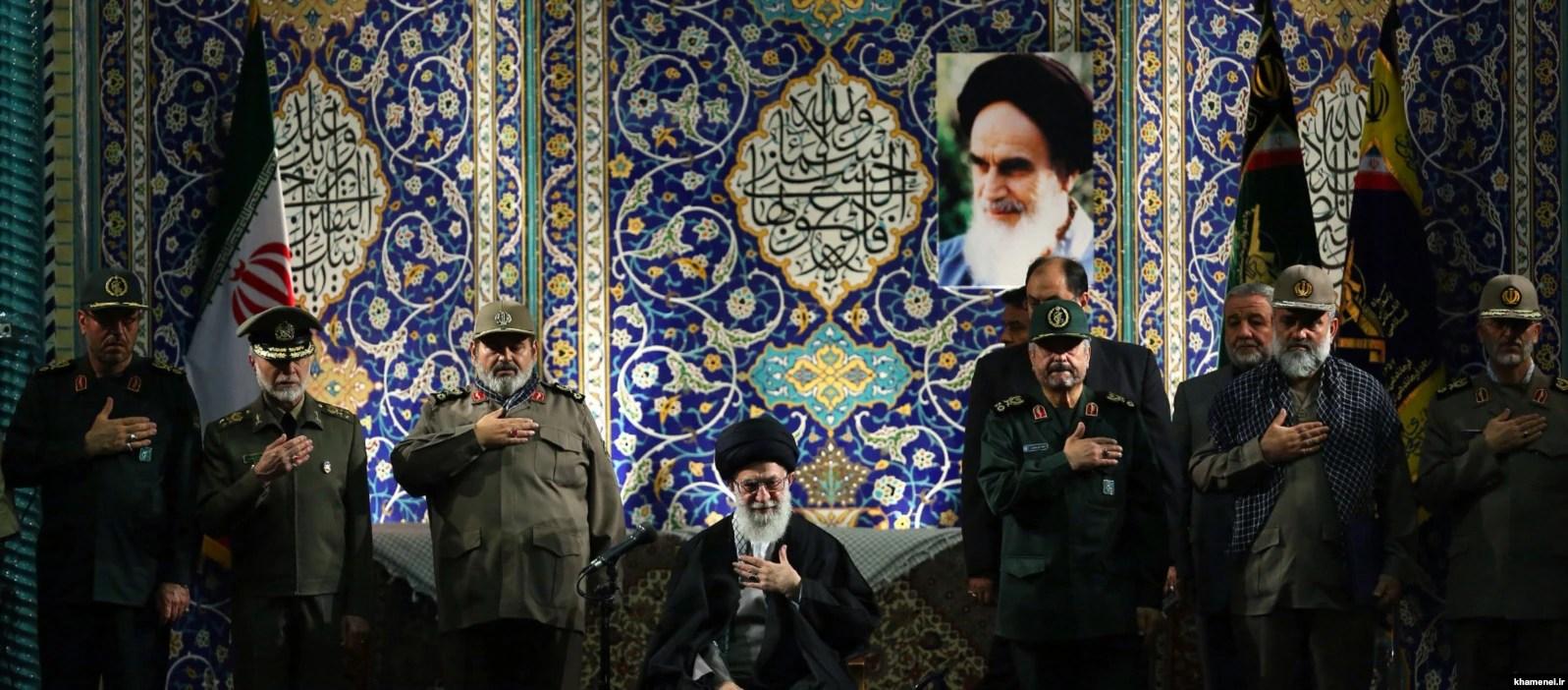 رهبر جمهوری اسلامی و فرماندهان ارشد نیروهای نظامی و انتظامی در دیدار با فرماندهان بسیجی در سال ۹۲