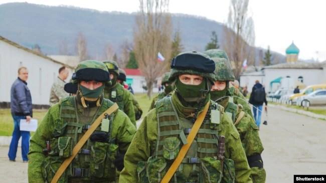 Російські військові у Перевальному в Криму у 2014 році