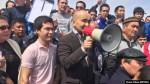 Гражданский активист Макс Бокаев на митинге против земельной реформы в Атырау. 24 апреля 2016 года.