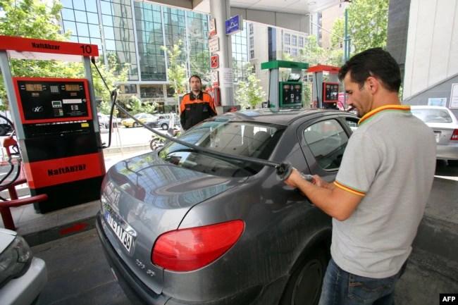ایران هم اکنون ارزانترین بنزین جهان را در بازار داخلی خود میفروشد که شش تا ۱۰ برابر ارزانتر از قیمت بنزین در بازارهای منطقهای است.