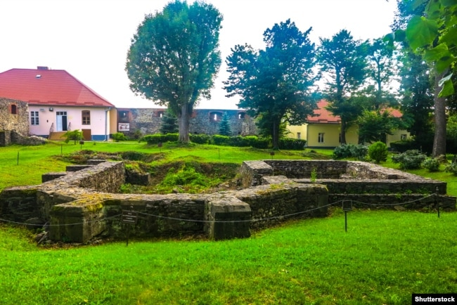 Руїни церкви XIV століття на території Ужгородського замку, в якій була укладена Ужгородська унія в 1646 році