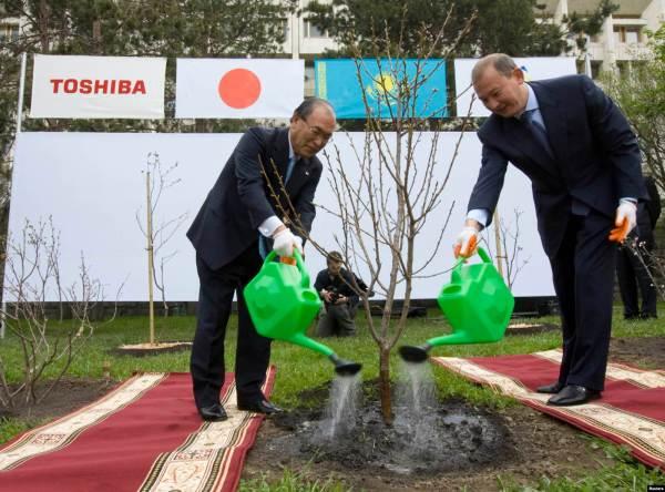 Мухтар Джакишев (справа) и президент Toshiba Corporation Ацутоши Нишида во время посадки саженца сакуры в Алматы. 25 сентября 2004 года.